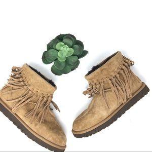 b7b50e82130 Women Fringe Ugg Style Boots on Poshmark